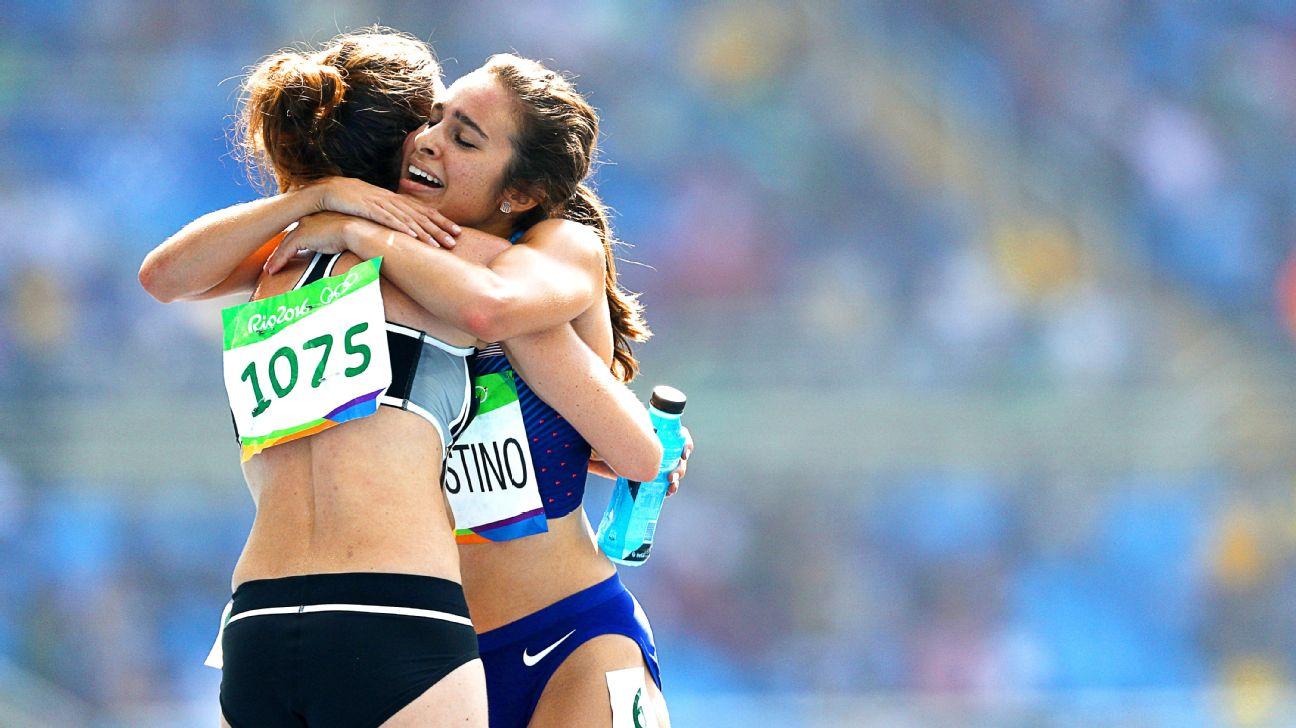 Las atletas Nikki Hamblin de Nueva Zelanda y la estadounidense Abbey D'Agostino se abrazan al final de la meta. Foto: ESPN.