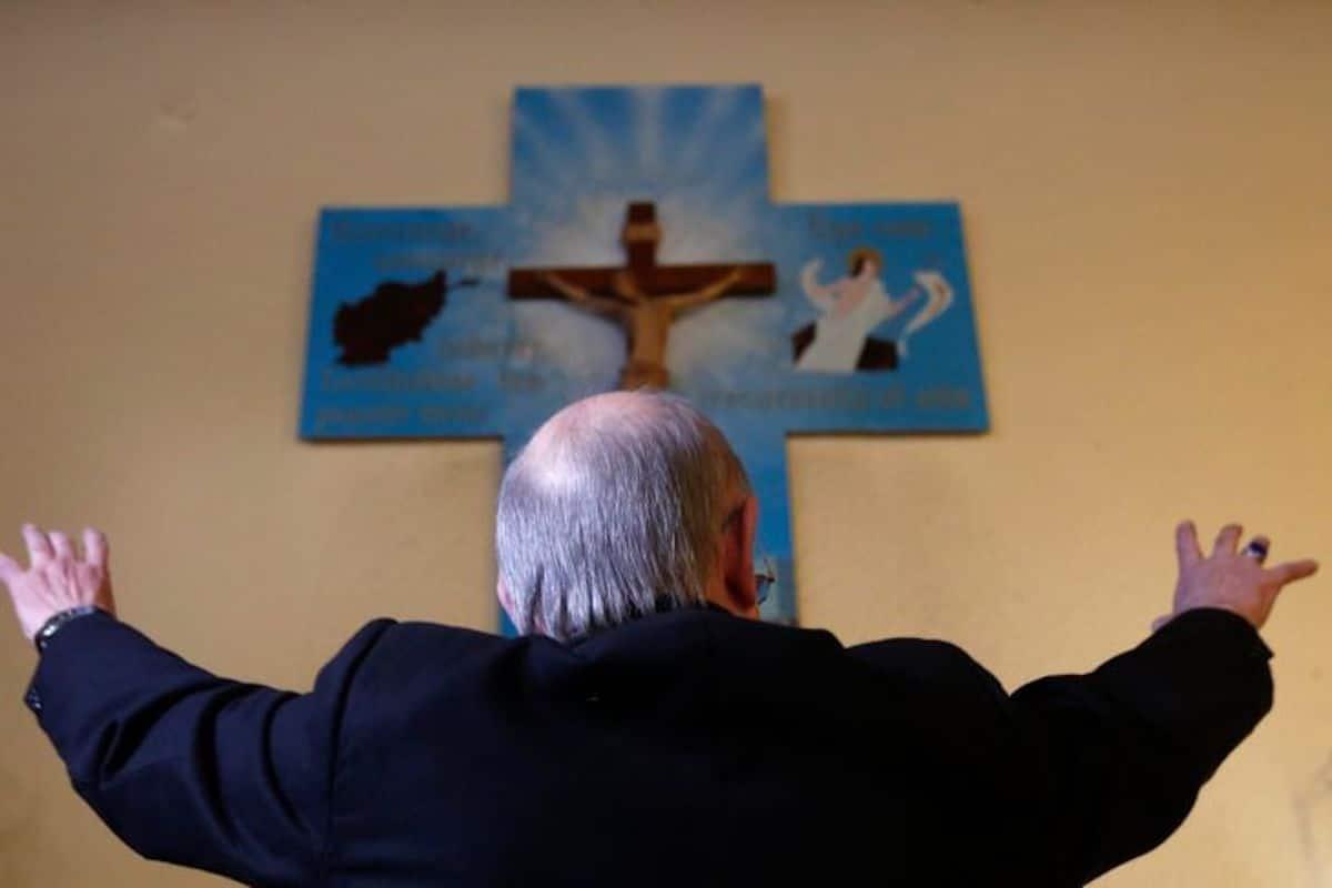 El padre Giuseppe Moretti en 2013, en la única capilla católica de Afganistán, en Kabul. Foto: La Croix