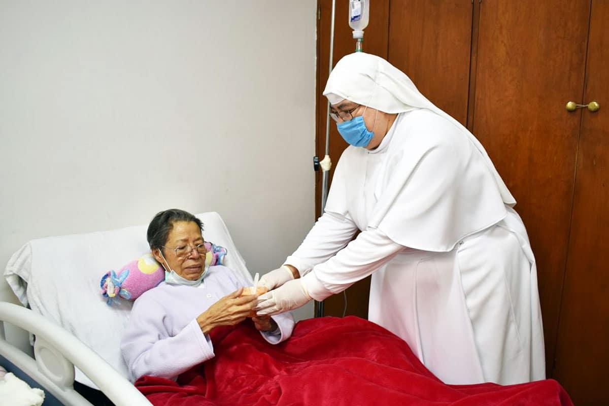 Las Siervas de María son unas religiosas que cuidan a los enfermos.