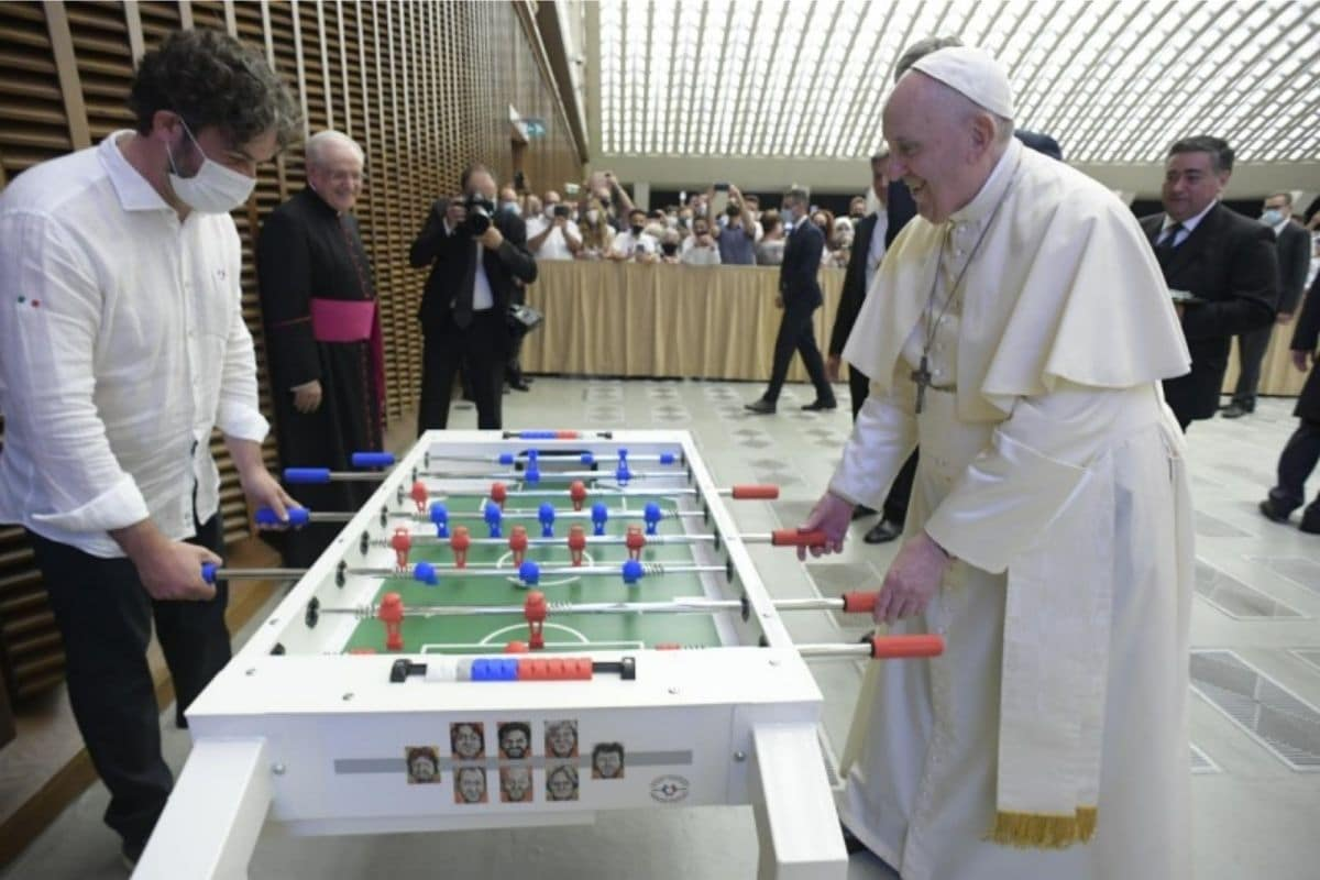 Un juego de 'futbolito', regalo para el Papa Francisco. Foto: Vatican Media.