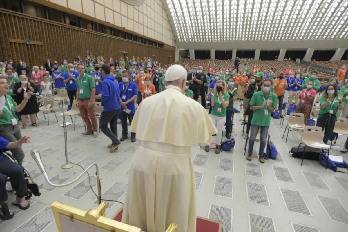 Papa Francisco se reúne con miembros y voluntarios de Fundación Lázaro. Foto: Vatican Media.