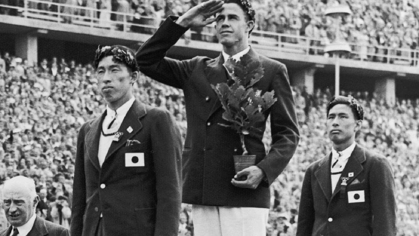 Los atletas japoneses Shuhei Nishida y Sueo Oe en el podio olímpico en Berlín. Foto: Olympics.com