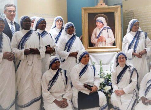 2 cantos a la Virgen interpretados por la congregación de la Madre Teresa