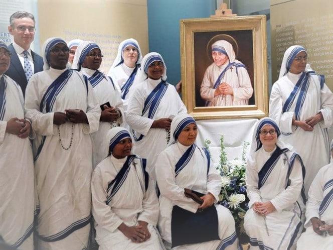 """Misioneras de la Caridad, congregación fundada por la Madre Teresa, interpretan """"Salve Regina"""" y """"A Nuestra Señora de Fátima""""."""