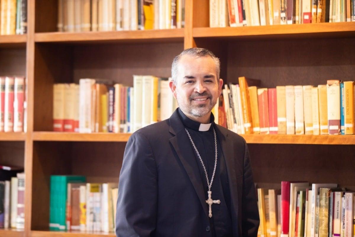 El nuevo Obispo Auxiliar de la APM no solo lee las Sagradas Escrituras y temas de Derecho Canónico.