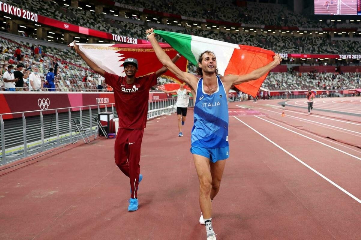 Los atletas Mutaz Barshim y Gianmarco Tamberi decidieron compartir el oro en Tokio 2020. Foto: AFP.