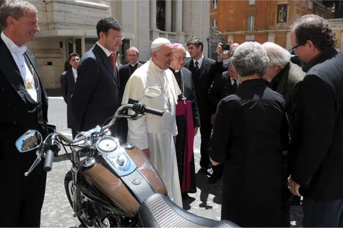 El Papa y la motocicleta obsequiada por Harley-Davidson. Foto: L'Osservatore Romano.