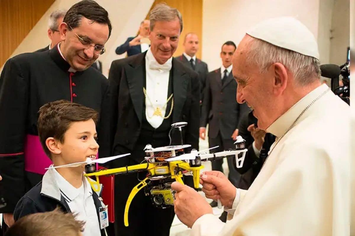 Estudiantes de un colegio jesuita en Roma regalaron un dron al Papa Francisco. Foto: Vatican Media.