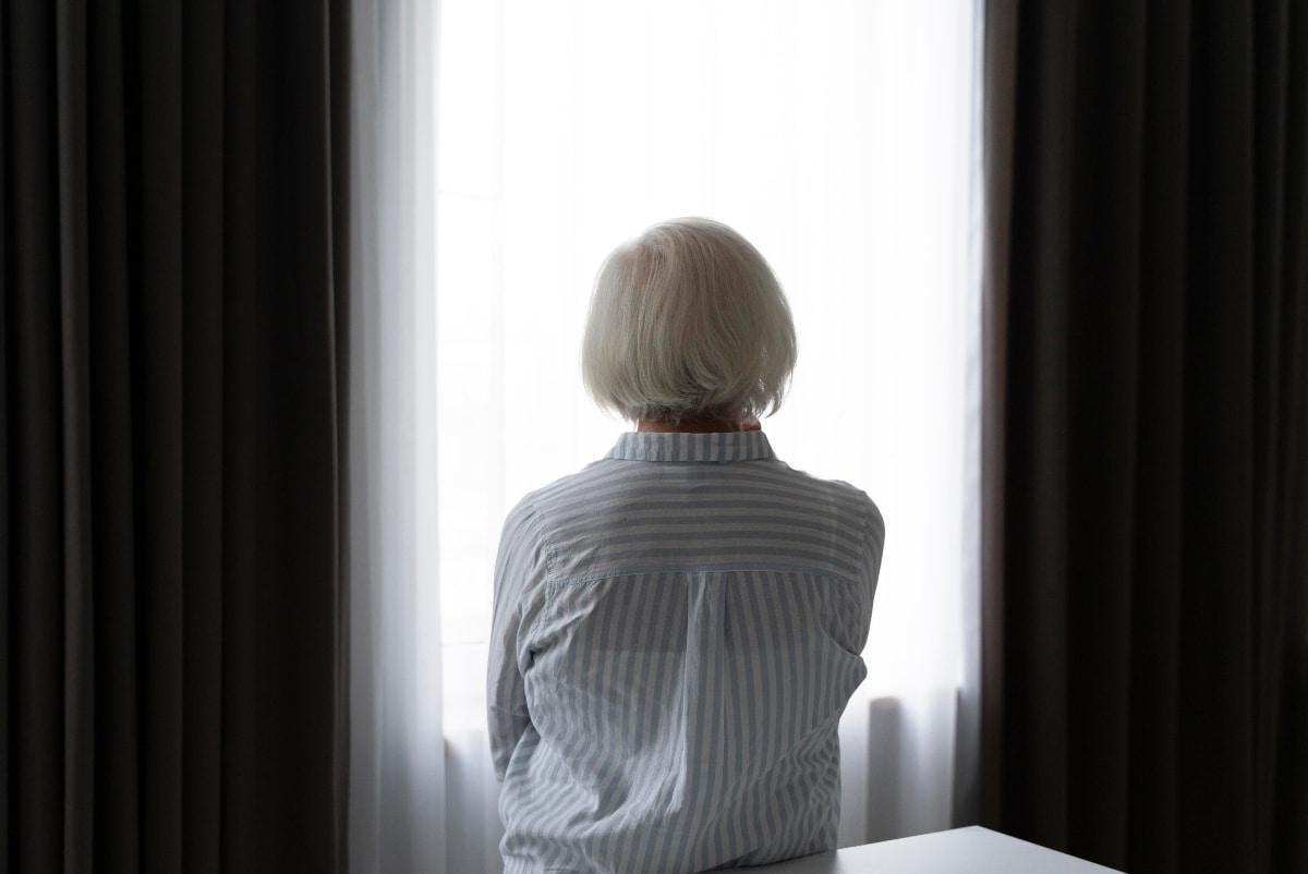 Es necesario estar al pendiente de las señales de dolor que nos da el adulto mayor con Alzheimer. Foto: Freepik.