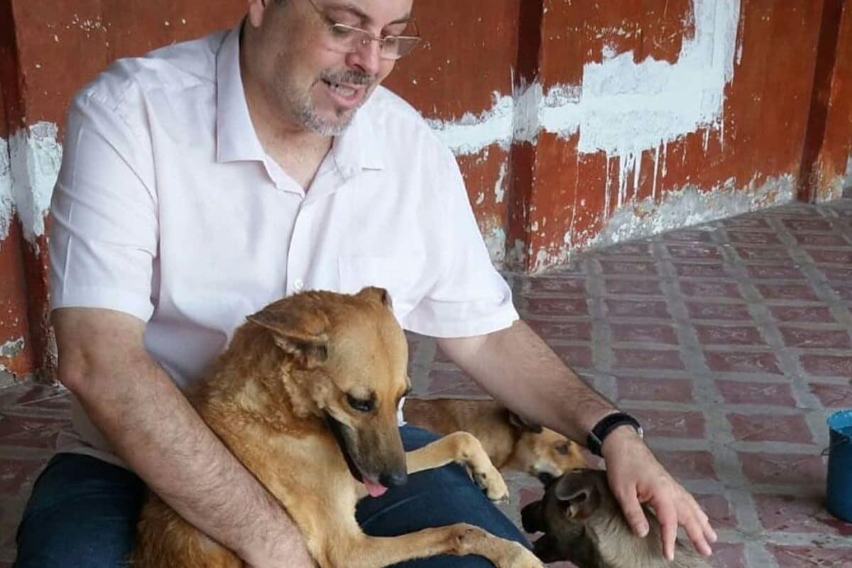El padre Joao ha sido duramente criticado por la labor que realiza con estos animales.