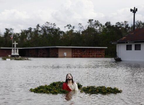 'El Jesús de las inundaciones' que acompaña a los damnificados