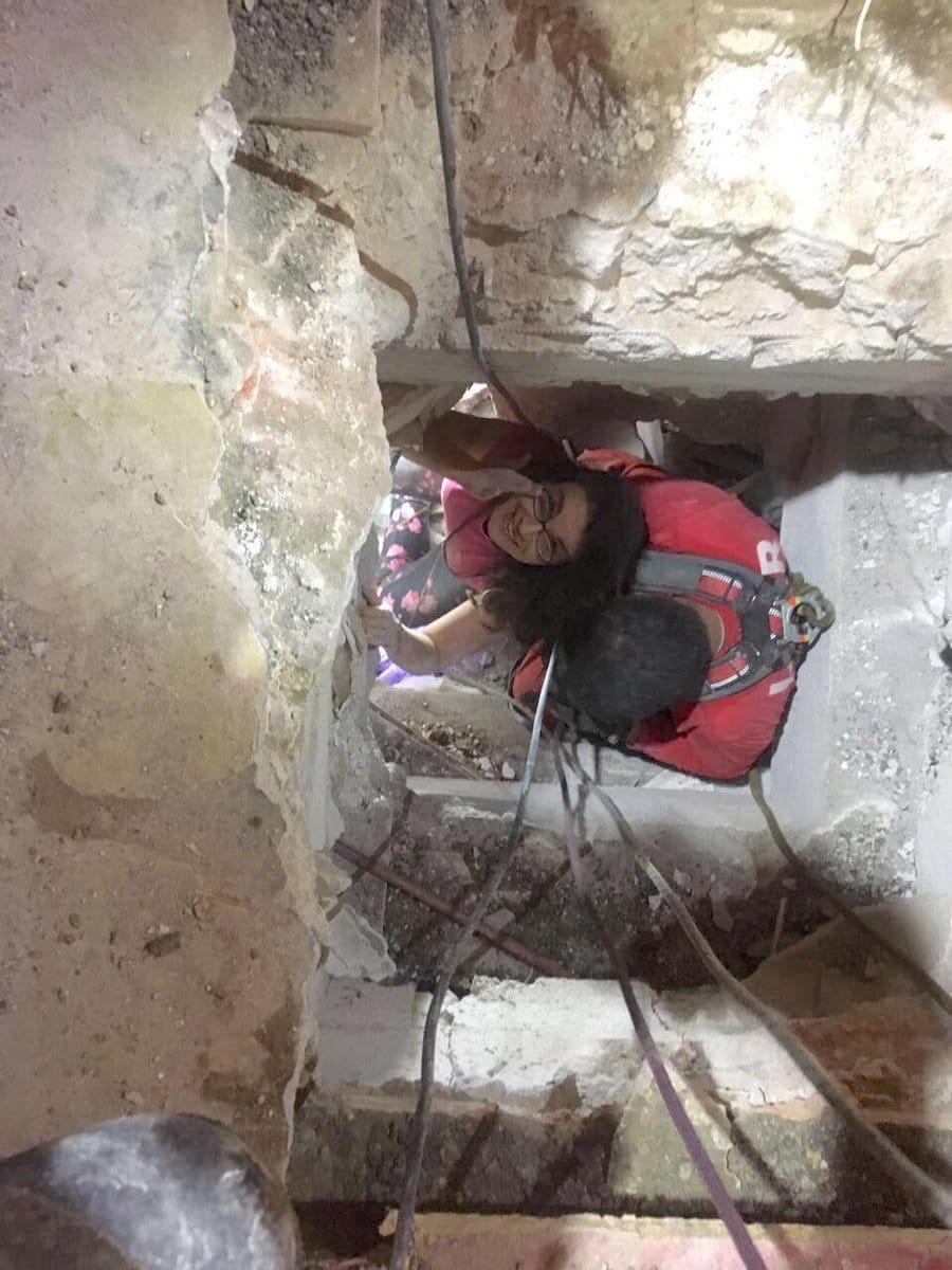 La fotografía del rescate de Lucía, del edificio de Álvaro Obregón, se hizo viral: sonriendo, con el arnés puesto.