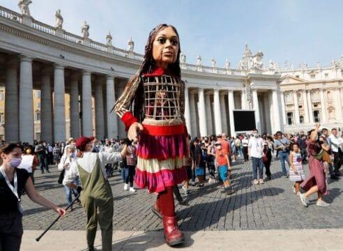 Una marioneta de 3.5 metros de altura se planta en el Vaticano