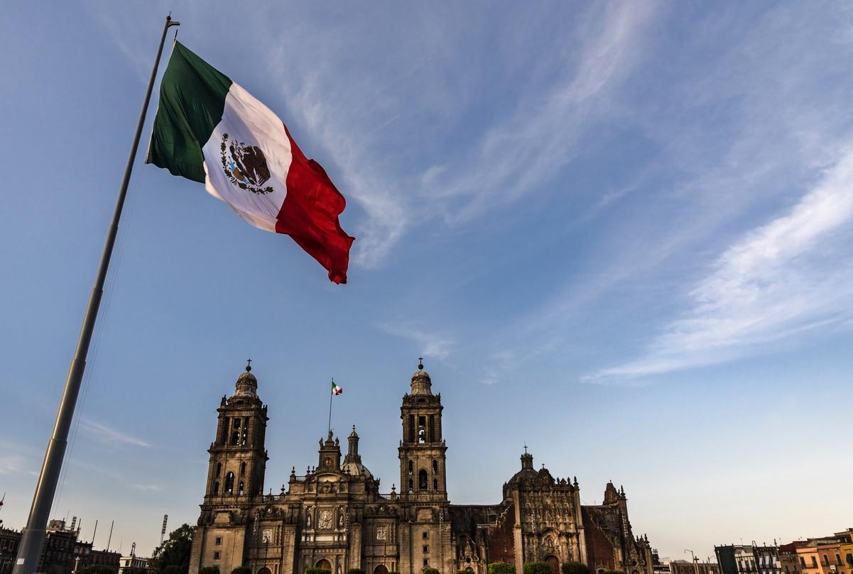 La bandera de México frente a la Catedral Metropolitana de la Ciudad de México.