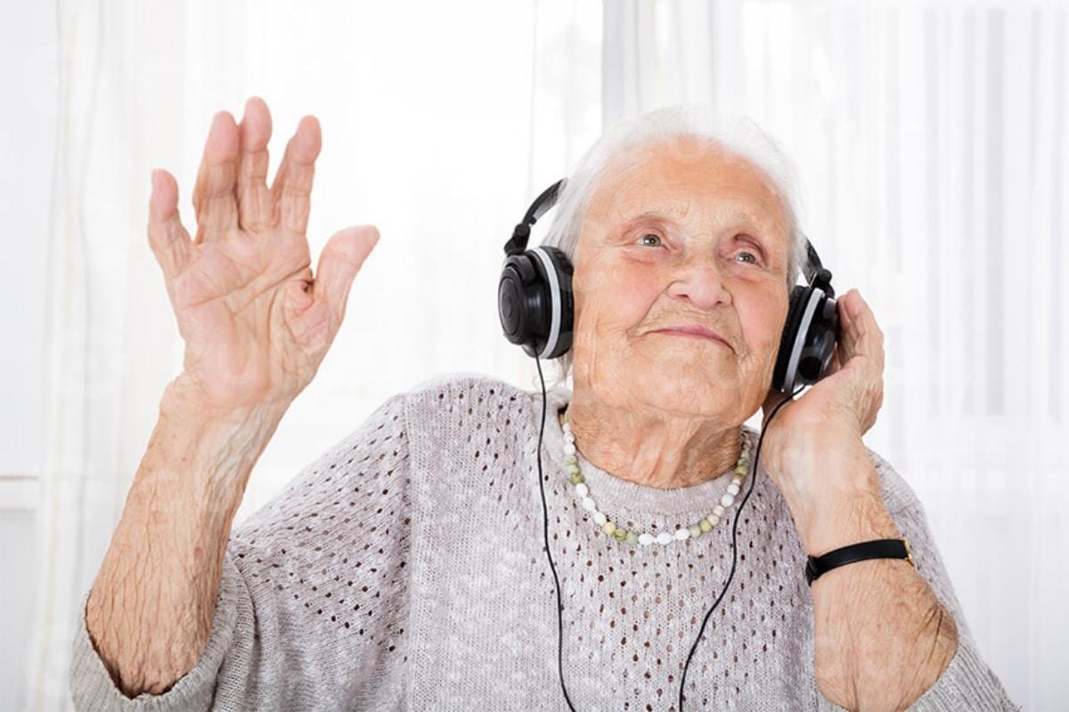 Un paciente con Alzheimer se muestra sensible a la música.