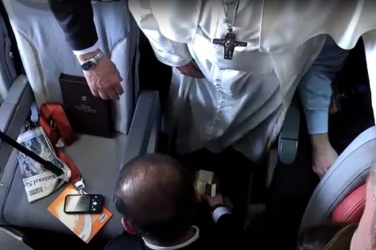 El Papa Francisco dudó en dejarse bolear los zapatos, pero finalmente aceptó.