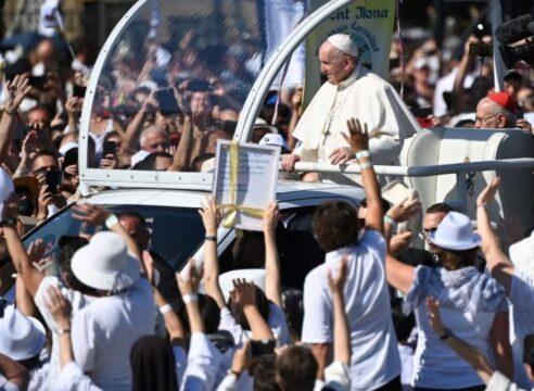 Papa en Budapest: El camino cristiano inicia por quitarse uno del centro