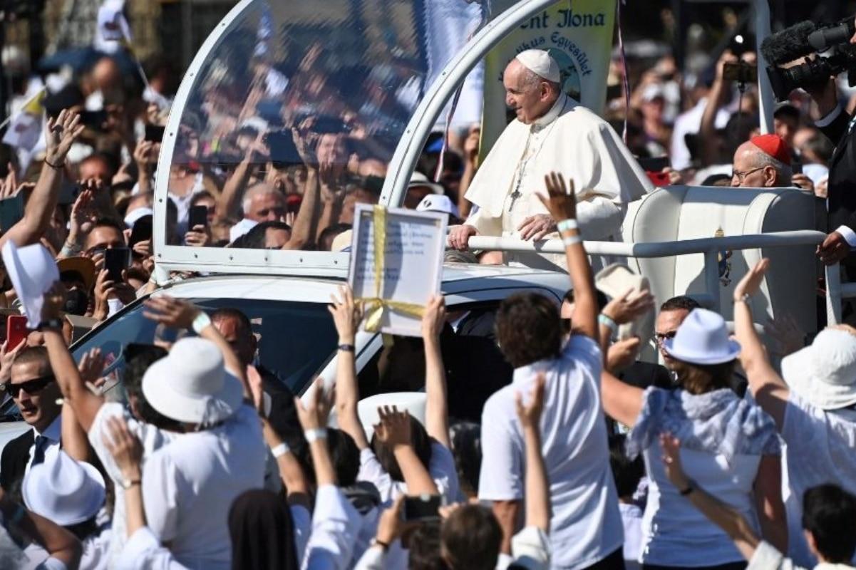 El Papa Francisco saluda a los fieles reunidos en Budapest, Hungría. Foto: Vatican News.