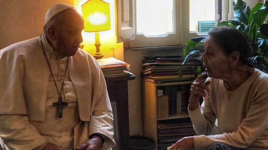 El Papa visitó en su casa a Edith Bruck, sobreviviente del holocausto. Foto: Vatican News.