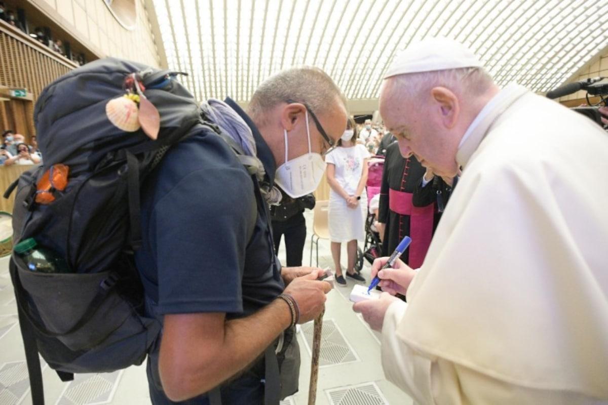 El Papa Francisco con el padre Santo Borrelli, en la Audiencia General. Foto: Vatican Media.