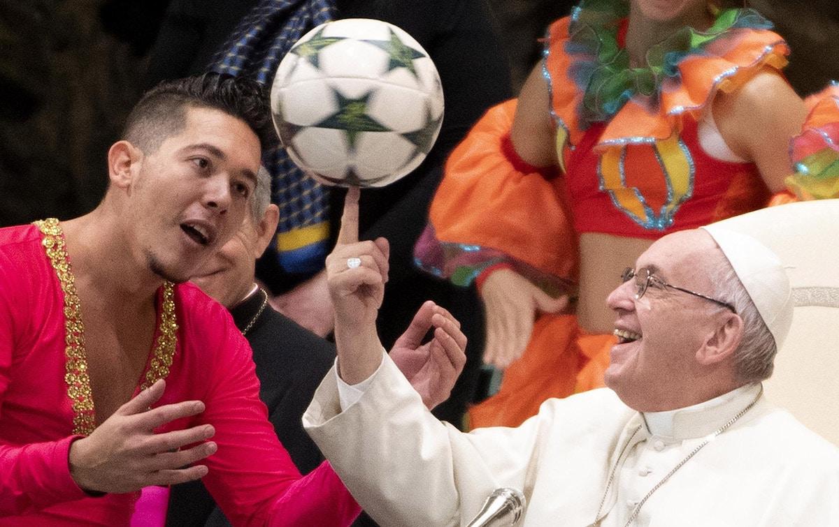 El Papa Francisco muestra sus habilidades con un balón de futbol.