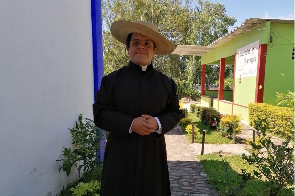 El padre Rodrigo Castro brinda sus servicios en la Prelatura de Mixes, Oaxaca.