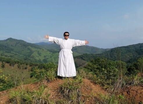 Con sólo 6 palabras una viejita desconocida lo convenció de ser sacerdote