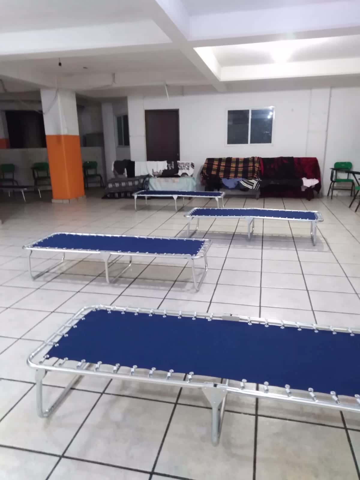 La comunidad de la Parroquia del Sagrado Corazón, en la Diócesis de Ecatepec, adaptó el salón parroquial como albergue para los afectados por el derrumbe. Foto: Alfredo Márquez
