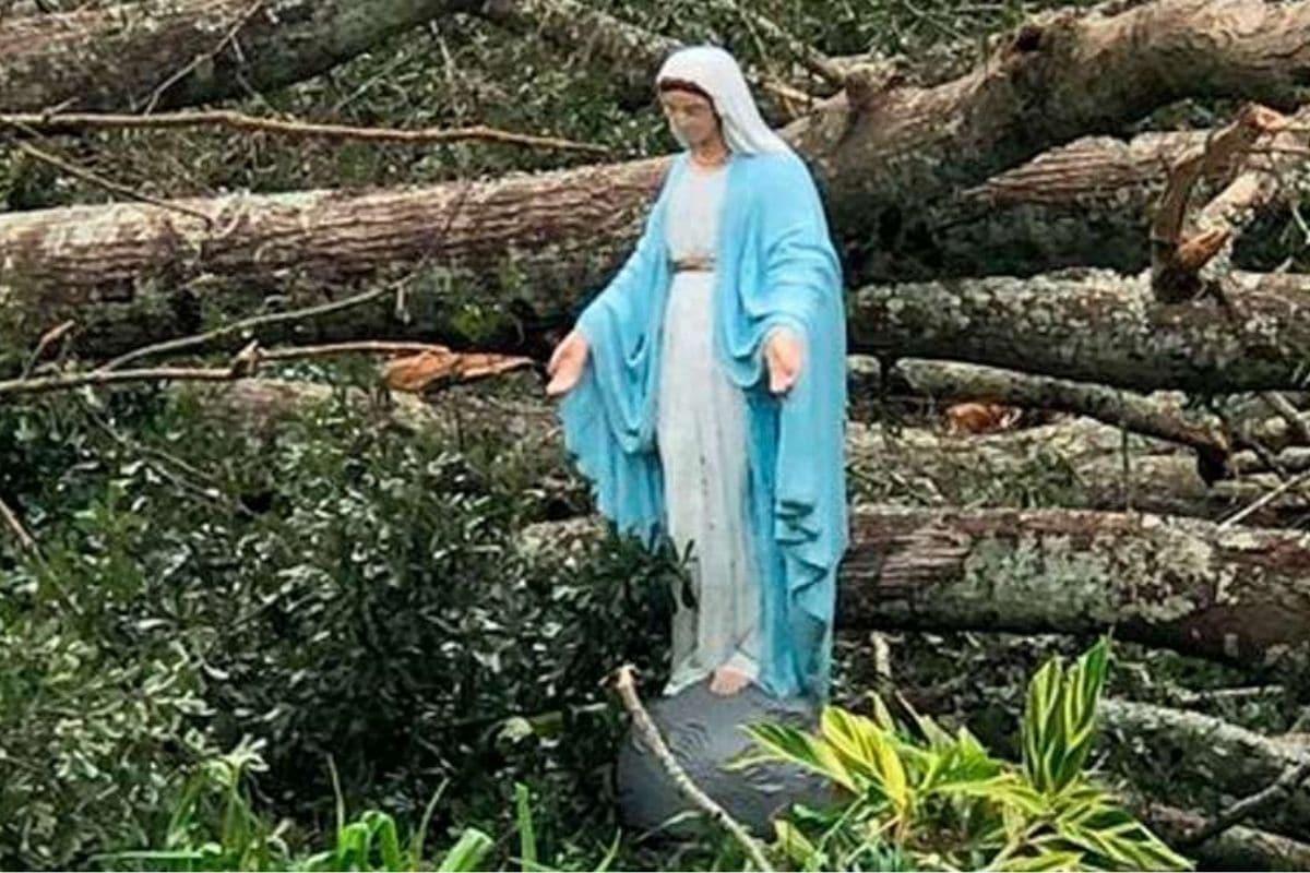 """Imagen de la Virgen María, intacta pese a los destrozos de """"Ida"""", da esperanza a los fieles."""