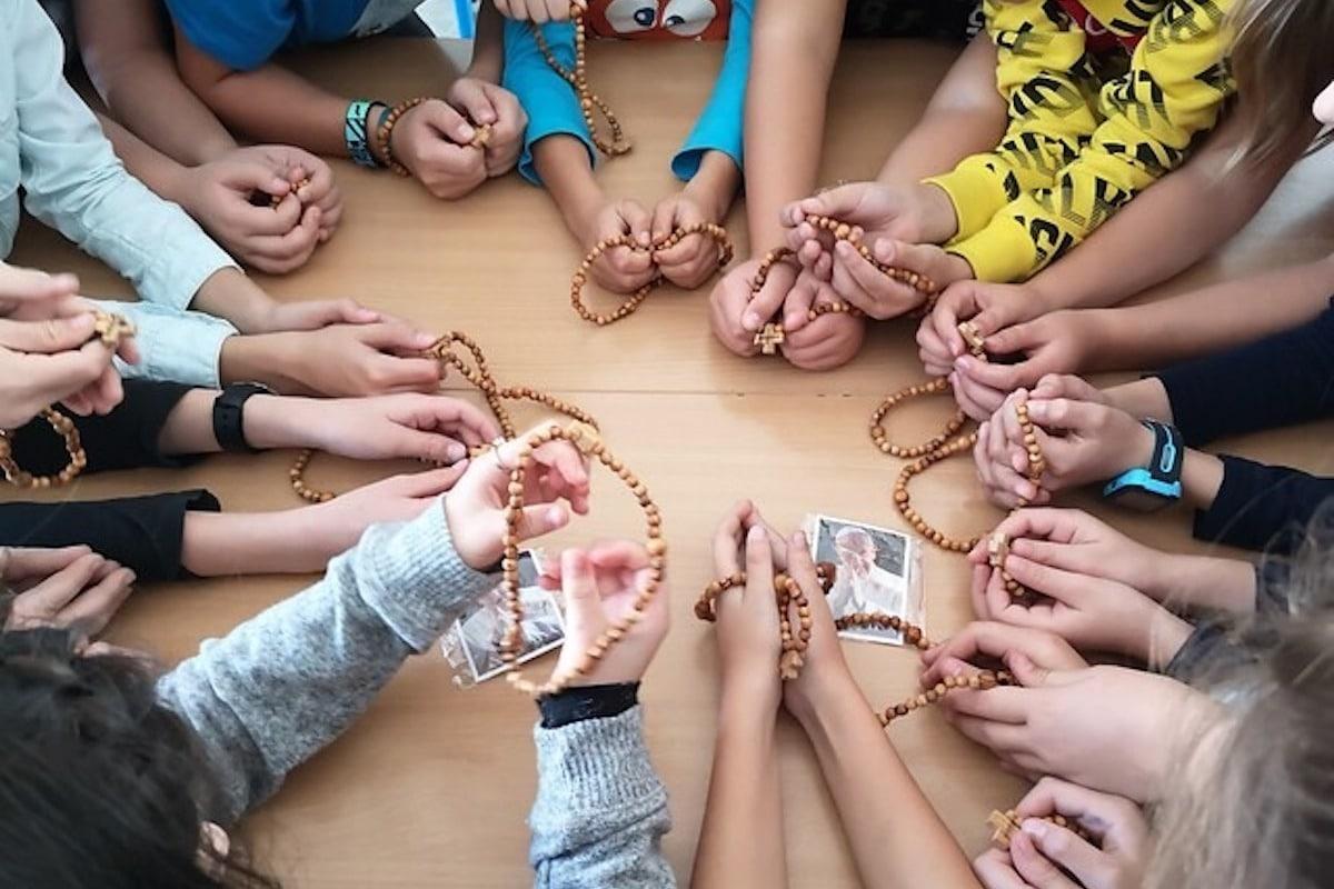 Únete a la campaña '1 millón de niños rezando del Rosario'.