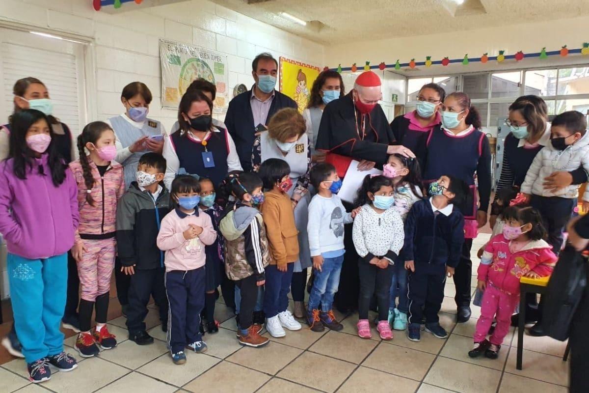 El cardenal Aguiar visitó la guardería de las Voluntarias Vicentinas. Foto. Javier Rodríguez.