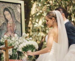 ¿Por qué en su boda las novias regalan un ramo de flores a la Virgen?